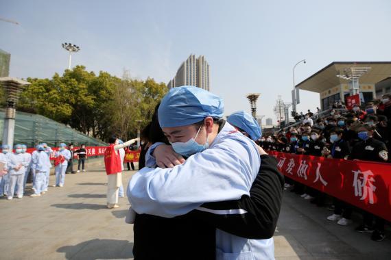 Un médico local de Wuhan abraza y se despide de un trabajador médico de Jiangsu en la estación de tren de Wuhan, China.