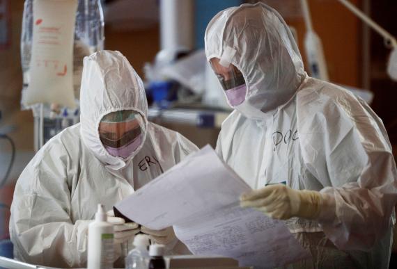 Médicos tratando a pacientes con COVID-19 en Roma.