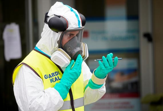 Un miembro de la guardia real protegido para evitar el coronavirus.