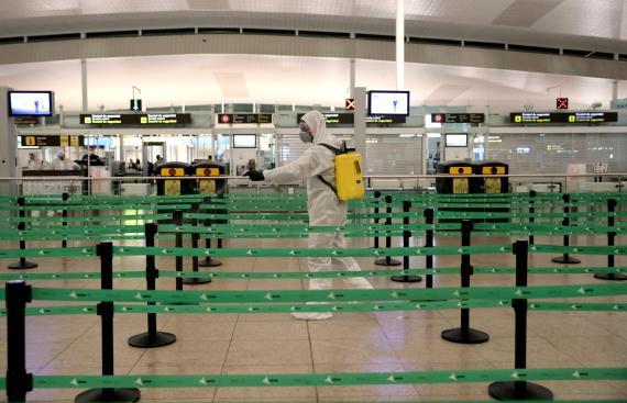 Un miembro de la UME desinfecta el aeropuerto de El Prat en plena crisis del coronavirus