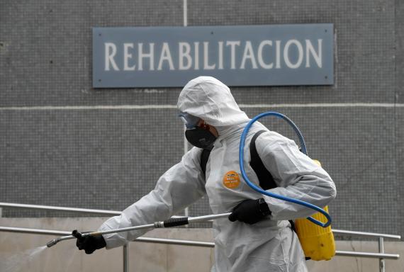 Un miembro de la UME desinfectando un hospital por el coronavirus.
