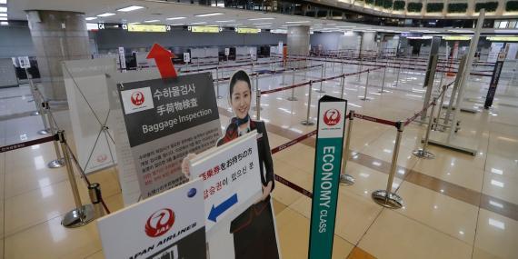 Mostradores de facturación vacíos en un aeropuerto japonés