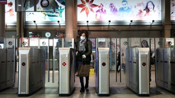 Una mujer accede a la estación de Atocha (Madrid) en pleno brote de coronavirus.