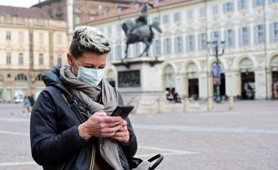 Mujer con su teléfono móvil en Turín.
