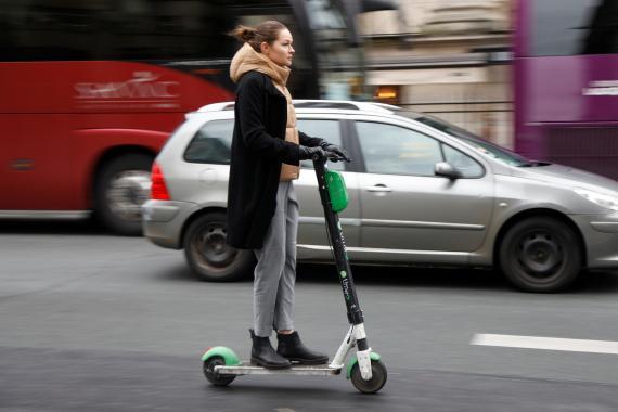 Mujer en patinete eléctrico