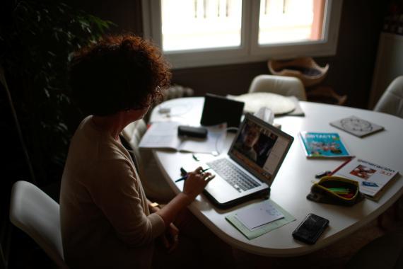 Mujer teletrabajando y haciendo sus cuentas en plena crisis del coronavirus.