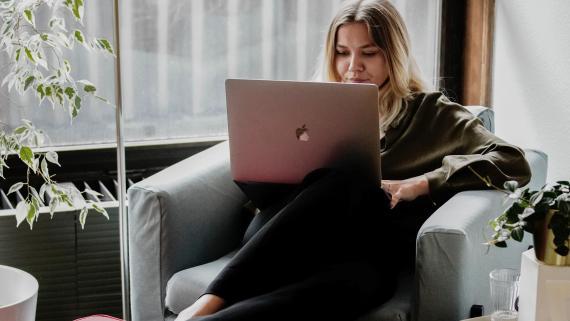 Mujer usando su ordenador.