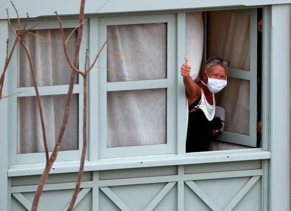 Mujer en la ventana de un hotel.