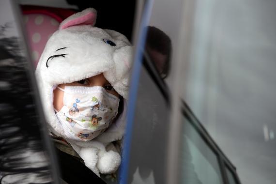Una niña lleva una mascarilla en Oviedo, España.