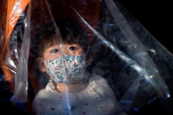 Una niña utiliza una mascarilla en Shangái en medio de la epidemia del coronavirus