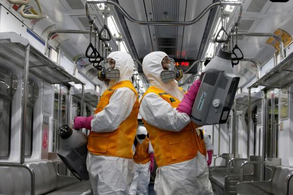 Operarios desinfectan un vagón de metro en Seúl por el brote de coronavirus