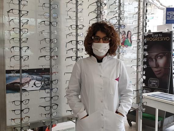 Andrea Hidalgo, empleada de una óptica de Málaga, en su puesto de trabajo durante el estado de alarma por coronavirus.