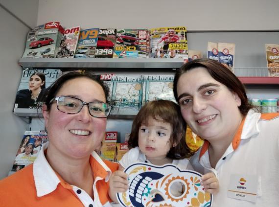 Patricia con su familia en su centro de trabajo en Burgos
