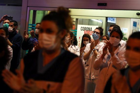 Personal sanitario del Fundación Jiménez Díaz (Madrid) aplaude.