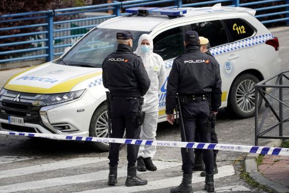 Agentes de Policía Nacional y la Unidad Militar de Emergencia se coordinan a las puertas del Palacio de Hielo convertido ahora en morgue.