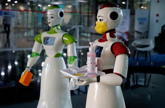 Robots con mascarillas y gel en la India