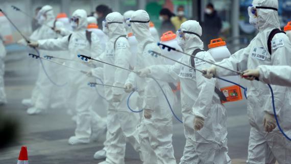 Soldados surcoreanos desinfectan una estación de tren en la ciudad de Daegu por el brote del coronavirus