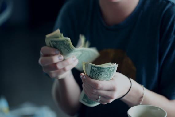 Tocar dinero.