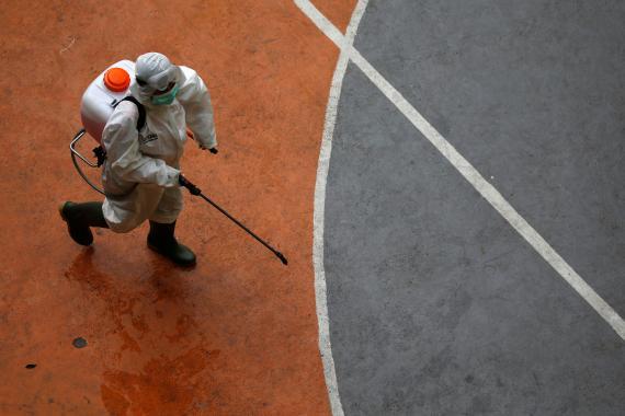 Un trabajador desinfecta un parque público en medio de la pandemia del coronavirus