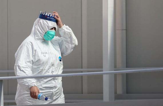 Un trabajador sanitario se protege en la pandemia del coronavirus