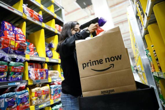 Una trabajadora de Amazon Prime Now completa un pedido