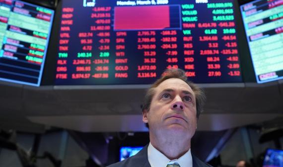 Un trader observa preocupado la paralización de cotización de S&P 500 en Wall Street
