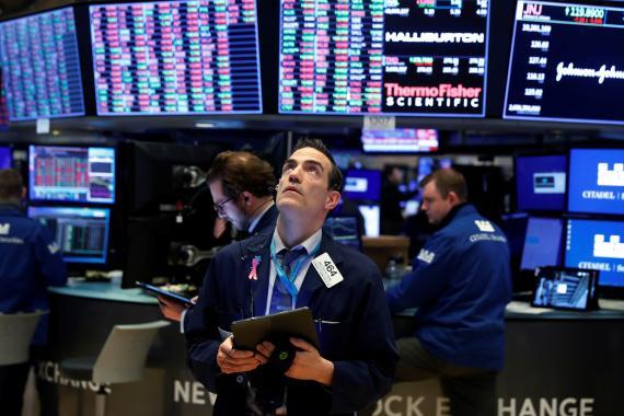 Trader en Wall Street observando las cotizaciones.
