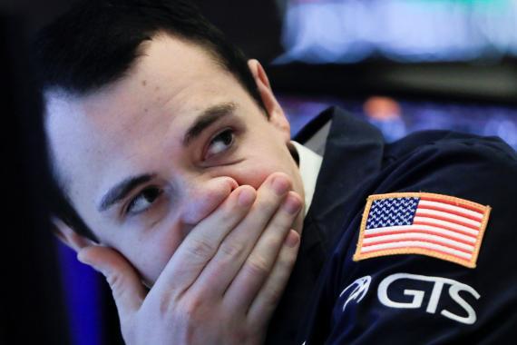 Trader en Wall Street preocupado por la situación de los mercados.