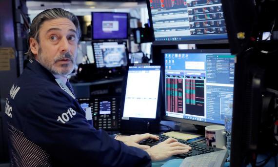 Un trader de Wall Street se sorprende ante el desplome de la bolsa