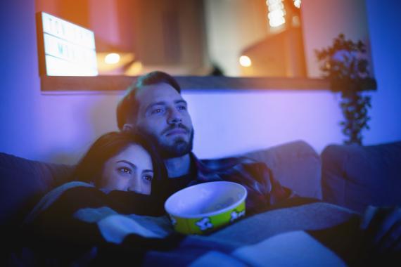 Ver una serie, obra de teatro o película desde el sofá de tu casa.