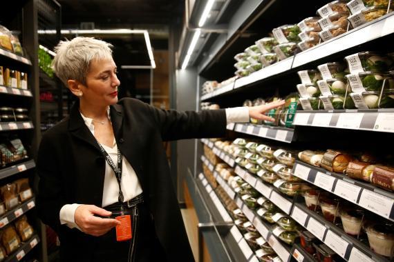 La vicepresidenta de Amazon Go, Gianna Puerini, enseña una de sus tiendas sin cajeros.