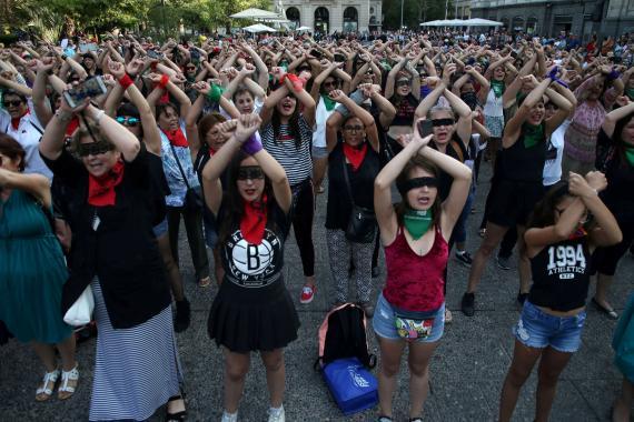Representación del grito feminista 'Un violador en tu camino' en Santiago de Chile.