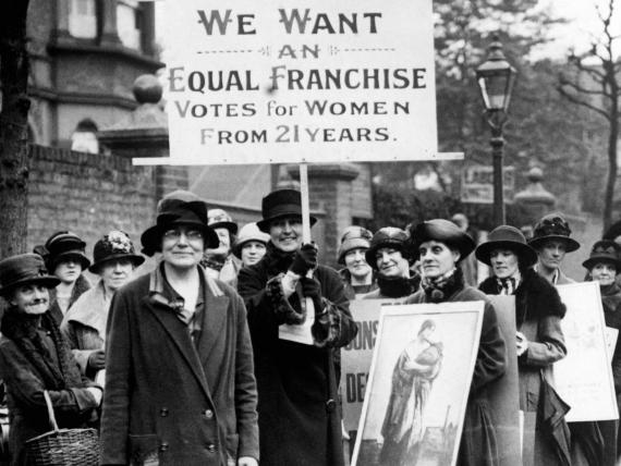Un grupo de mujeres se manifiesta por el derecho al voto en Londres, 1920.
