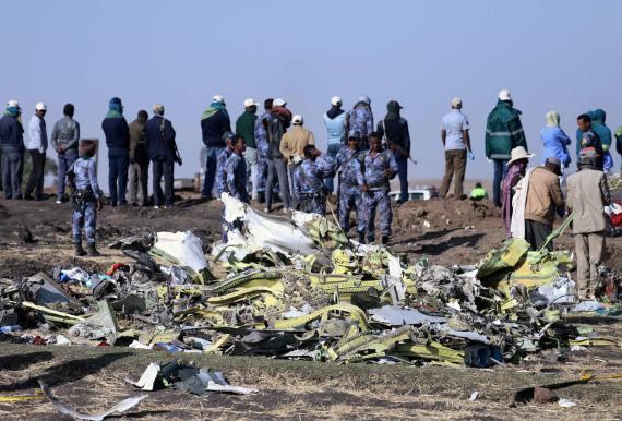 Policías miran los restos del avión siniestrado de Ethiopian Airlines ET 302 cerca de la ciudad de Bishoftu, Etiopía, en marzo de 2019.