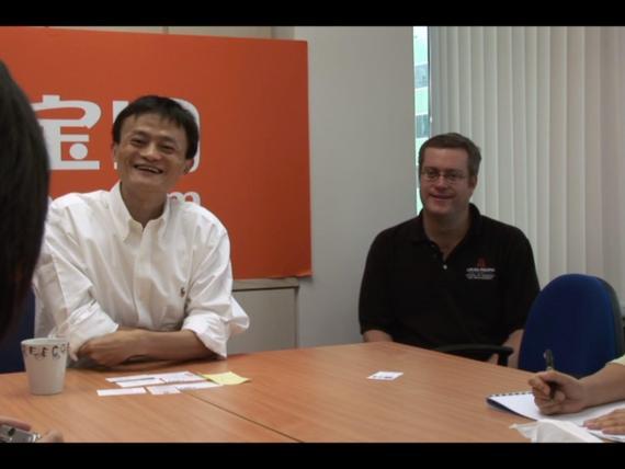 Los cofundadores de Alibaba, Jack Ma, y Porter Erisman, en una conferencia de prensa para Taobao después de la crisis del SARS.
