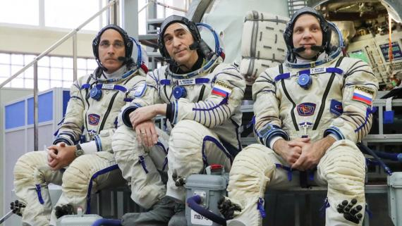 Astronautas Christopher Cassidy, Anatoly Ivanishin e Ivan Vagner.