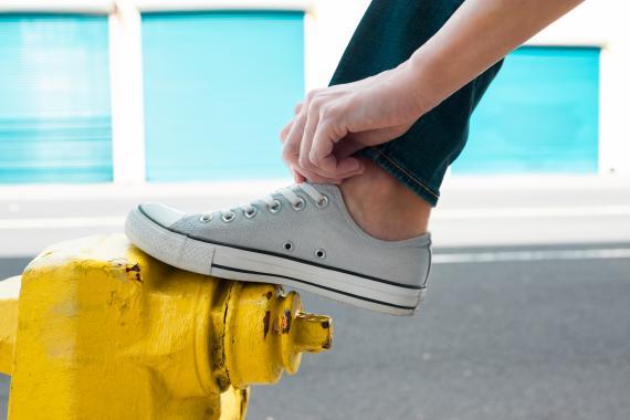 Los agujeros laterales de las converse se utilizan en la lazada para una mejor sujeción del pie.