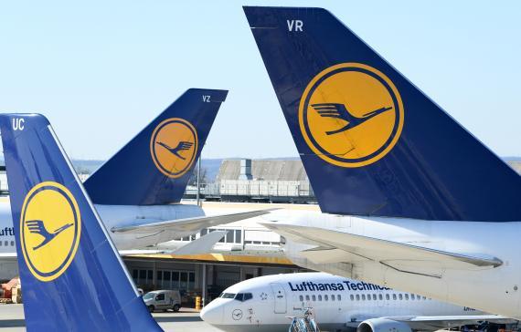 """Aviones de Lufthansa """"aparcados"""" en una pista del Aeropuerto de Frankfurt, Alemania."""