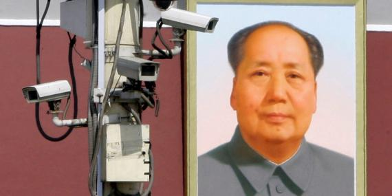 Cámaras de vigilancia frente al retrato gigante del presidente Mao Zedong en la Plaza Tiananmen de Beijing, 28 de septiembre de 2009.