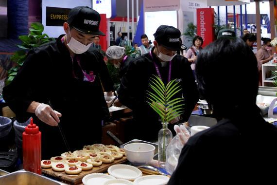 Un chef hace hamburguesas con carne de origen vegetal de Impossible Foods en la segunda Exposición Internacional de Importación de China (CIIE) en Shanghai, China, 6 de noviembre de 2019.