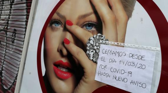 Cartel ante un negocio de Madrid cerrado por las medidas de contención del coronavirus
