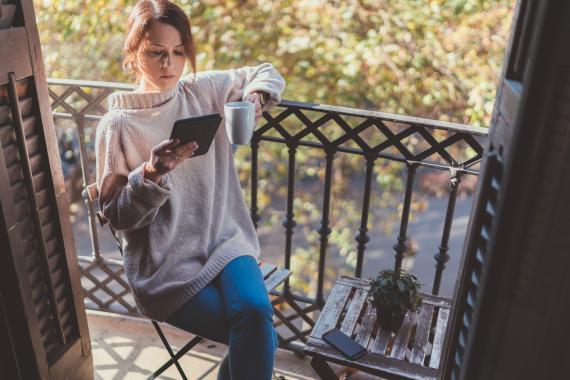 Chica leyendo un libro electrónico