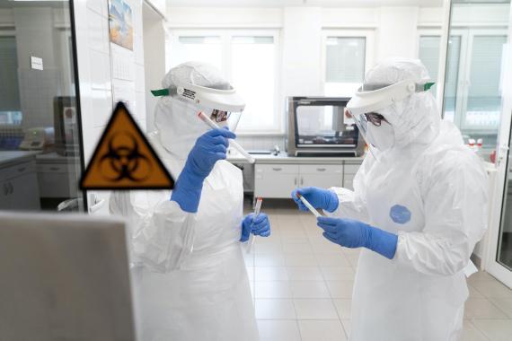 Científicos preparan test diagnósticos de coronavirus en un laboratorio.