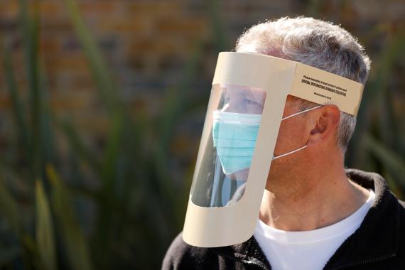 Un ciudadano británico con pantalla protectora