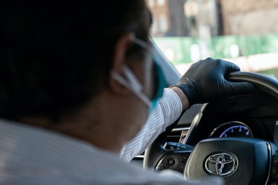 Un conductor de Uber, llevando una mascarilla en Manhattan, Nueva York.