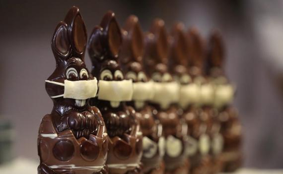 Conejos de Pascua de chocolate con mascarilla