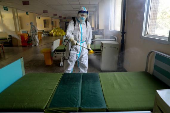 Un trabajador desinfecta el Hospital Wuhan No. 7 designado para pacientes con coronavirus (COVID-19), para prepararlo para la reanudación de su servicio normal en Wuhan, China, el 19 de marzo de 2020.