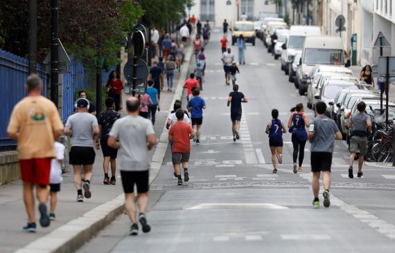 Varias personas haciendo deporte en París durante la pandemia de coronavirus