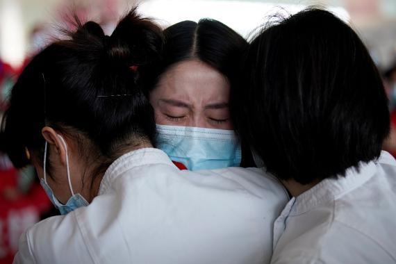 Enfermeras abrazándose