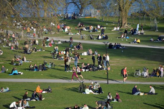 Personas disfrutando de la primavera en un parque de Estocolmo (Suecia) donde las medidas han sido muy laxas, buscando así la inmunidad de rebaño